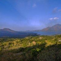 Бали,слева живой вулкан Батур :: Александр
