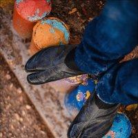 Самое сложное в новой обуви – разносить комок бумаги внутри :) :: Алексей Латыш