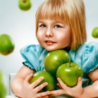 Девочка с яблоками :: Лариса Соколова