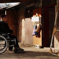 Мужчина в инвалидной каляске :: Ксения Клындюк