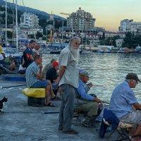 В ожидании рыбки ( на набережной Ялты) :: Marina Timoveewa
