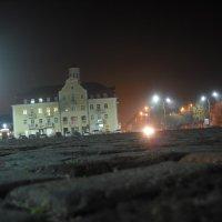 Старый кирпич на черниговской площади с ночными фонарями :: Денис Бугров