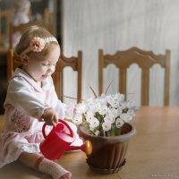 Дашенька и белые цветы :: Olga Zhukova