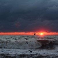 Закат в ненастье :: valeriy khlopunov
