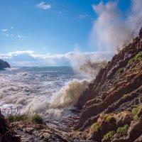 бьются о скалы волны морские :: Alex