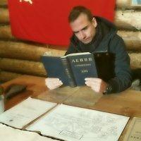 Молодой рабочий читает Ленина :: Григорий Кучушев