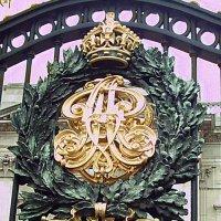 Герб на воротах Букингемского дворца :: Владимир Фролов