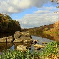 Прохлада синих вод встречает день осенний :: Ирина Подольская