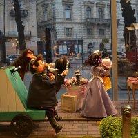 «Новый магазин сладостей в городе Львов».....«Город через витрину». :: Aleks Nikon.ua