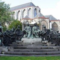 Памятник – благодарные гентцы братьям Ван Эйкам :: Елена Павлова (Смолова)