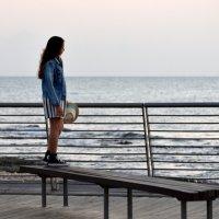 Море, девушка и закат Друг на друга глядят и молчат. (Вячеслав Привалихин) :: Наталья Волкова