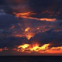 Последний миг заходящего солнца :: Alexander Varykhanov