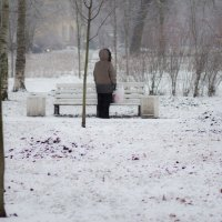 Женщина с пакетом на лавочке :: Vasiliy Morozow