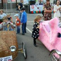 девочки на розовое мальчики за руль :: Олег Лукьянов
