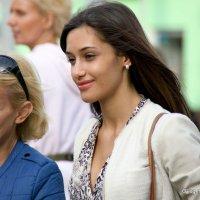 мама говорит,а дочка улыбается или контрасты возрастов :: Олег Лукьянов
