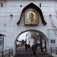 Вход в Новоспасский монастырь. :: Лара ***