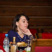 Возле столика,напротив... :: Михаил Антонов