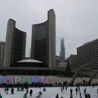 Пасмурно, но весело! На катке в центре Торонто.... :: Юрий Поляков