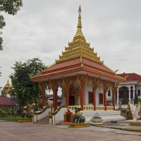 Лаос. Вьентьян. Храм и белые лебеди :: Владимир Шибинский
