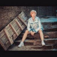 Девушка на ступеньках :: Дмитрий Захаров