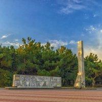 Памятник погибшему экипажу сейнера «Топорок» в Геленджике. :: Александр Рамус