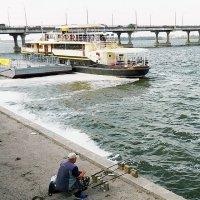 Рыбак на набережной :: Александр Бурилов