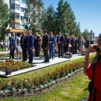 Возложение цветов к памятнику Петухову, г. Нефтеюганск :: Павел Белоус