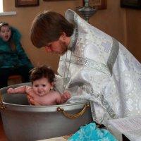 Крещение Варвары. Непередаваемые эмоции на заднем плане! :: Наталья Д