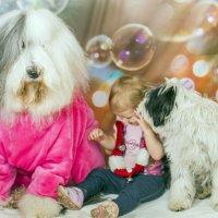 ребенок и собачки :: Лариса Батурова