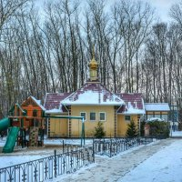 Храм и детская площадка :: Милешкин Владимир Алексеевич