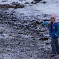 Дочурка что то нашла на берегу моря.. :: Максим Воробьев