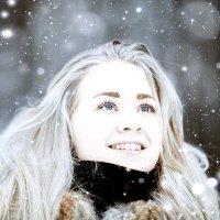 Девушка и снег. :: Алексей Хаустов