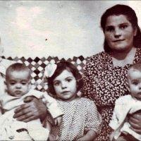 С мамой и бабушкой, с сестричкой и братиком. 1952 год :: Нина Корешкова