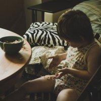 Как же мило наблюдать за детками, которые кушают макарошки :: Татьяна Жуковская
