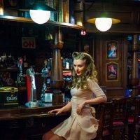Девушка у барной стойки :: Артём Мишенькин