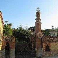 Усадьба Гуэля. Драконовы ворота и купол манежа с башенкой в мавританском духе :: Елена Павлова (Смолова)