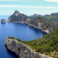 Древние скалы как клешни гиганта впиваются в море :: Ирина Falcone