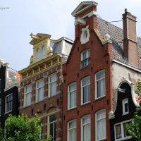 У каждого дома, на фасадной стороне, есть балки с крюками. :: Anna Gornostayeva
