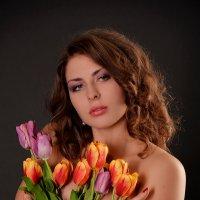 Девушка с тюльпанами... :: Анна Плаксенко
