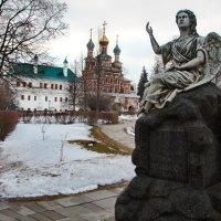 Ангелы всегда рядом...(Новодевичий монастырь) :: Лара ***