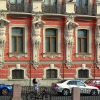 Фасад с титанами :: Сергей Карачин
