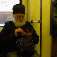 """Толстой читает в метро """"Войну и мир"""" по компьютеру :: Андрей Лукьянов"""