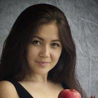 Девушка с яблоком :: Виталий Устинов