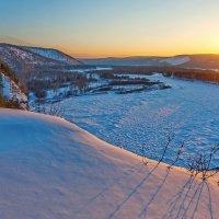 Внизу замёрзшая река :: Анатолий Иргл