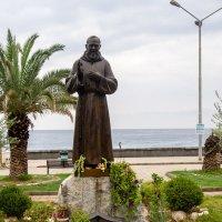 Памятник монаху на берегу моря :: Witalij Loewin