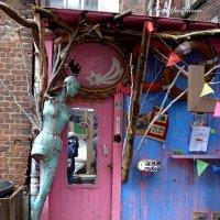 Нескучный дворик (серия) Про манекен  и розовую дверь с зеркалом :: Nina Yudicheva