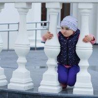 Ребёнок среди колоннок :: Андрей Майоров