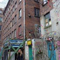 Нескучный дворик (серия) Там ноги из стены торчат, а она улыбается! :) :: Nina Yudicheva