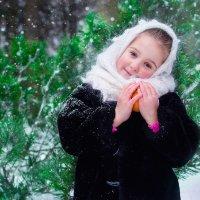 девочка и яблоко 2 :: Ванда Азарова