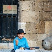 На улочках старого Родоса, греческий мальчик. :: Наталья Мирошниченко